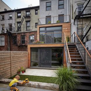 Foto de fachada de casa pareada gris, actual, de tamaño medio, de tres plantas, con revestimiento de madera y tejado plano