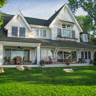 Idee per la facciata di una casa bianca classica con rivestimento in legno