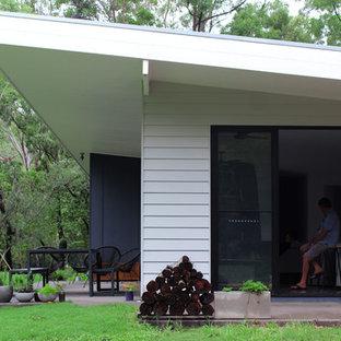 サンシャインコーストのコンテンポラリースタイルのおしゃれな家の外観 (コンクリート繊維板サイディング、グレーの外壁、戸建、金属屋根) の写真