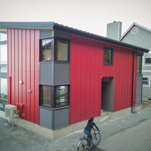 Diseño de fachada de casa moderna, pequeña, de dos plantas, con revestimientos combinados, tejado de un solo tendido y tejado de metal
