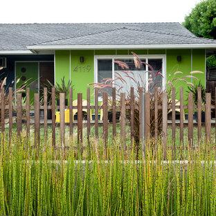 Imagen de fachada verde, retro, con tejado a cuatro aguas