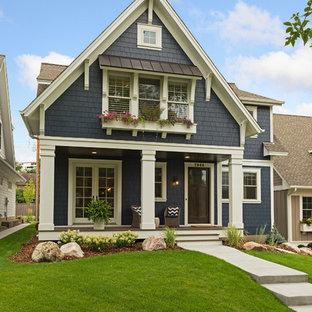 Foto de fachada de casa azul, tradicional, de tamaño medio, con revestimiento de madera y tejado de teja de madera