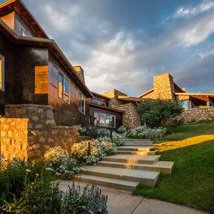Diseño de fachada de casa urbana, grande, a niveles, con revestimiento de metal, tejado de un solo tendido y tejado de metal
