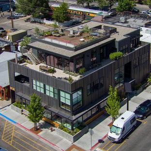 Ispirazione per la facciata di un appartamento grande grigio classico a due piani con rivestimento in metallo, tetto piano e copertura mista
