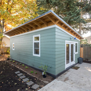 ポートランドのトランジショナルスタイルのおしゃれな家の外観 (コンクリート繊維板サイディング、青い外壁、片流れ屋根、アパート・マンション、金属屋根) の写真