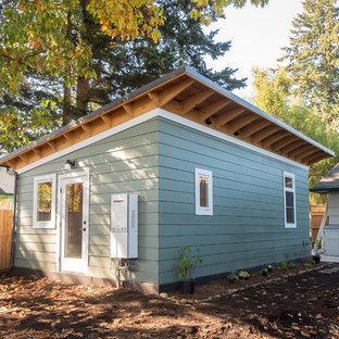 ポートランドの小さいトランジショナルスタイルのおしゃれな家の外観 (コンクリート繊維板サイディング、青い外壁、アパート・マンション) の写真