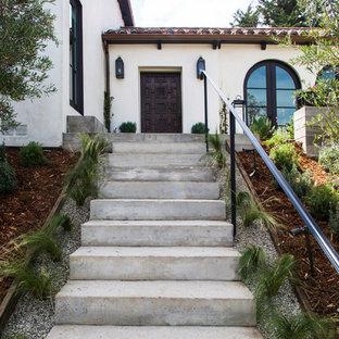 Inspiration för klassiska vita hus, med två våningar och stuckatur