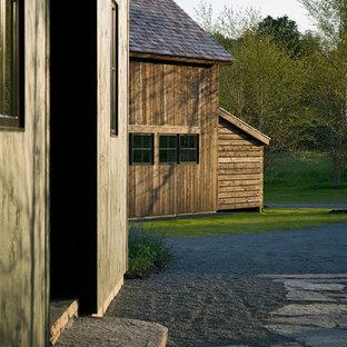 Foto de fachada de casa verde, campestre, de tamaño medio, de dos plantas, con revestimiento de madera, tejado a cuatro aguas y tejado de teja de madera