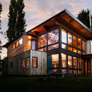 Modelo de fachada de casa marrón, urbana, de tamaño medio, de dos plantas, con revestimiento de metal, tejado plano y tejado de varios materiales
