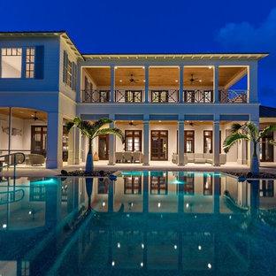 Foto della facciata di una casa tropicale a due piani