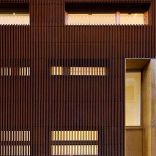 Aménagement d'une très grand façade métallique marron contemporaine à deux étages et plus.