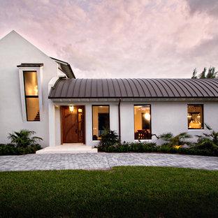 マイアミのトランジショナルスタイルのおしゃれな白い家の写真