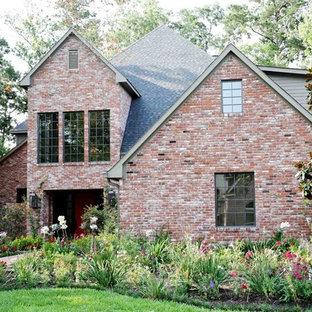ヒューストンのコンテンポラリースタイルのおしゃれな家の外観 (レンガサイディング、半切妻屋根、戸建、板屋根) の写真