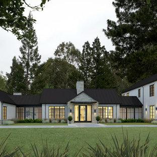 Cette image montre une très grand façade de maison blanche traditionnelle à deux étages et plus avec un revêtement mixte, un toit à deux pans et un toit en métal.