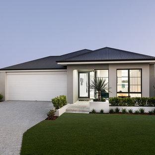 Inspiration pour une façade de maison grise design de taille moyenne et de plain-pied avec un revêtement en stuc, un toit à deux pans et un toit en métal.