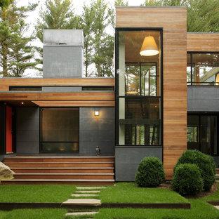 На фото: дом в современном стиле с облицовкой из металла с