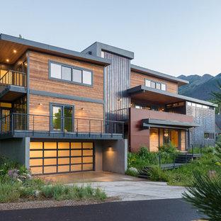Esempio della facciata di una casa contemporanea con rivestimento in legno