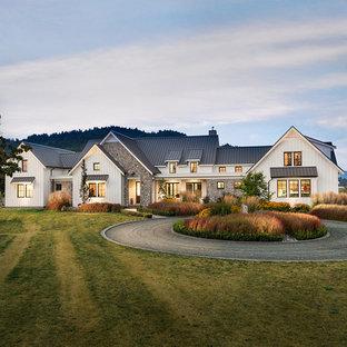 Großes, Zweistöckiges, Weißes Landhausstil Einfamilienhaus mit Faserzement-Fassade, Satteldach und Blechdach in Vancouver