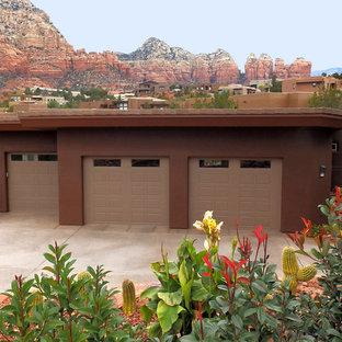 На фото: одноэтажный, коричневый дом среднего размера с облицовкой из самана и плоской крышей с