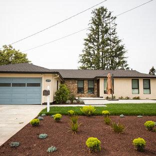 サンフランシスコのコンテンポラリースタイルのおしゃれな家の外観 (混合材サイディング、ベージュの外壁、寄棟屋根、戸建、板屋根) の写真
