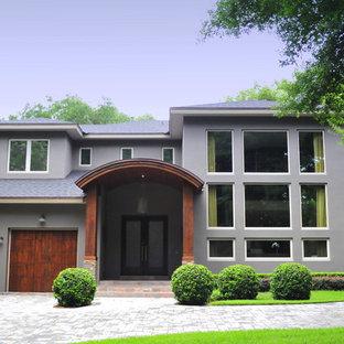 Idee per la facciata di una casa grigia contemporanea a piani sfalsati con rivestimento in adobe e tetto a capanna