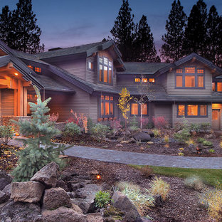Diseño de fachada de casa verde, rústica, grande, de dos plantas, con revestimiento de madera, tejado a dos aguas y tejado de teja de barro