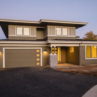 Ejemplo de fachada de casa verde, actual, grande, de dos plantas, con revestimiento de madera, tejado plano y tejado de teja de madera
