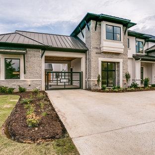 Großes, Zweistöckiges, Beigefarbenes Modernes Einfamilienhaus mit Mix-Fassade, Satteldach und Blechdach in Dallas