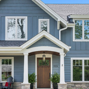 Ejemplo de fachada de casa azul, de estilo americano, grande, de dos plantas, con tejado a dos aguas, tejado de teja de madera y revestimiento de madera