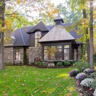 トロントのトラディショナルスタイルのおしゃれな家の外観 (石材サイディング) の写真