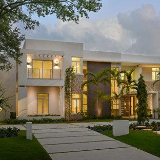 Foto della facciata di un appartamento grande bianco moderno a due piani con rivestimenti misti e tetto piano