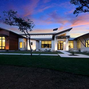Idéer för ett mycket stort modernt vitt hus, med allt i ett plan, sadeltak och tak i metall