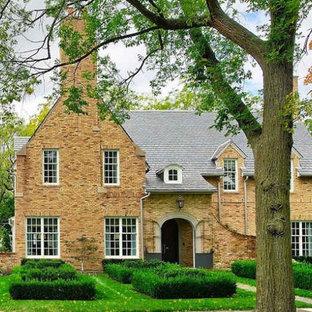 シカゴのトラディショナルスタイルのおしゃれな家の外観 (レンガサイディング、黄色い外壁) の写真