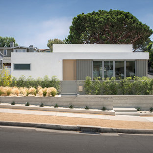Modern white one-story stucco house exterior idea in Los Angeles with a shed roof