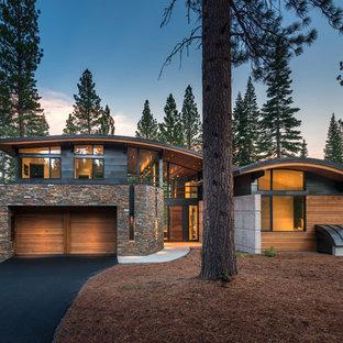 Idee per la facciata di una casa contemporanea a due piani con rivestimenti misti