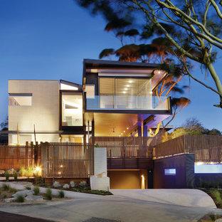 Ispirazione per la facciata di una casa beige contemporanea a tre piani con tetto piano