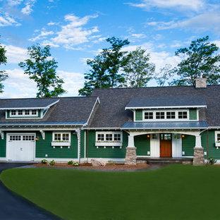 Imagen de fachada verde, de estilo americano, grande, de dos plantas, con revestimiento de madera
