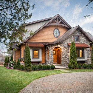 Diseño de fachada de casa multicolor, rústica, de tamaño medio, de dos plantas, con revestimientos combinados, tejado de teja de madera y tejado a dos aguas
