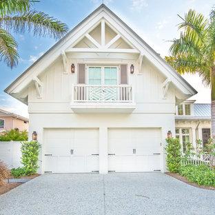 Ispirazione per la facciata di una casa unifamiliare grande bianca tropicale a due piani con tetto a capanna, rivestimento con lastre in cemento e copertura in metallo o lamiera