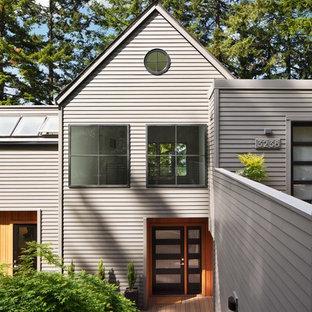 ポートランドの中くらいのコンテンポラリースタイルのおしゃれな家の外観 (木材サイディング、グレーの外壁) の写真