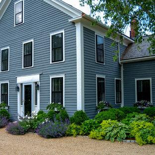 Immagine della facciata di una casa country di medie dimensioni