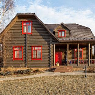 Идея дизайна: двухэтажный, деревянный, коричневый частный загородный дом в стиле кантри с полувальмовой крышей