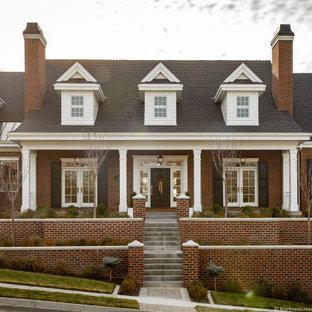 Идея дизайна: большой, двухэтажный, кирпичный, красный частный загородный дом в классическом стиле с крышей из гибкой черепицы