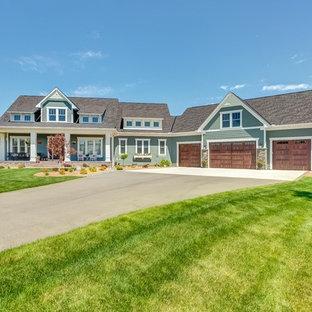 Diseño de fachada de casa verde, campestre, grande, de dos plantas, con revestimiento de aglomerado de cemento, tejado a dos aguas y tejado de teja de madera