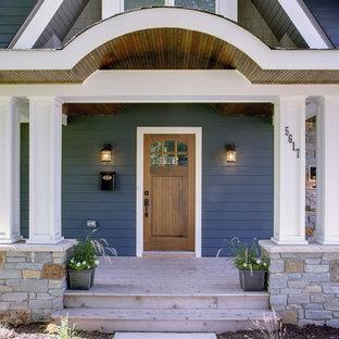 Foto della facciata di una casa classica con rivestimento in legno