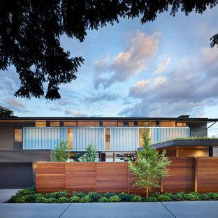 シアトルのミッドセンチュリースタイルのおしゃれな二階建ての家の写真
