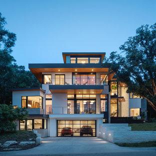Пример оригинального дизайна: четырехэтажный, белый частный загородный дом в современном стиле с плоской крышей