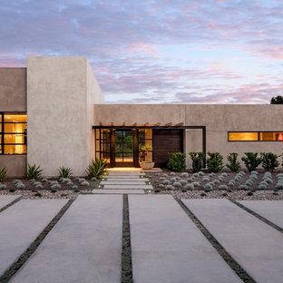 Идея дизайна: одноэтажный, бежевый дом с плоской крышей