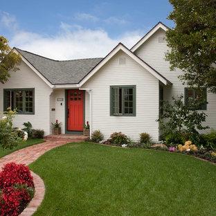 Идея дизайна: маленький, одноэтажный, деревянный, белый частный загородный дом в классическом стиле с двускатной крышей и крышей из гибкой черепицы