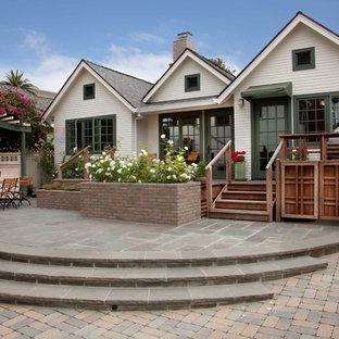 Diseño de fachada de casa blanca, clásica, pequeña, de una planta, con revestimiento de madera, tejado a dos aguas y tejado de teja de madera
